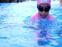 Kindertauchen im Pool in Malaysia stock video