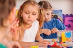 Kinderteigspiel in der Schule Knetmasse für Kinder Lizenzfreies Stockfoto