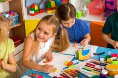 Kinderteigspiel in der Schule Knetmasse für Kinder Stockbilder