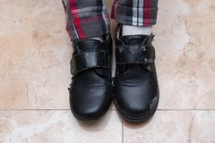Kindertragende Paare der schlecht defekten Lederschuhe lizenzfreies stockfoto