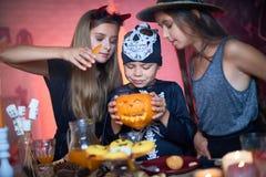 Kindertrick oder Behandlung auf Halloween lizenzfreies stockfoto