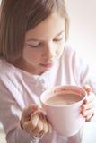 Kindertrinkender Kakao Stockbilder