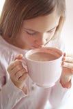 Kindertrinkender Kakao Lizenzfreies Stockbild
