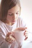Kindertrinkender Kakao Lizenzfreie Stockbilder