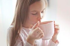 Kindertrinkender Kakao Stockfotografie