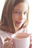 Kindertrinkender Kakao Lizenzfreie Stockfotografie