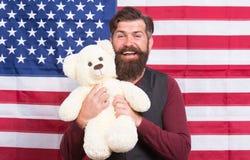 Kinderverzorging Nog kinderachtig 4 van Juli De achtergrond van de onafhankelijkheid Day De Amerikaanse kerel met stuk speelgoed  royalty-vrije stock afbeeldingen