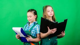 Kinderverzorging ontwikkeling Voormaninspecteur reparatie Veiligheidsdeskundige Toekomstig beroep klein meisje die in workshop he stock fotografie
