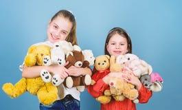 Kinderverzorging Spel van zusters het beste vrienden Zoete kinderjaren Kinderjarenconcept Zachtheid en tederheid E stock foto's