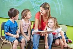 Kinderverzorgingarbeider en kinderen Stock Foto's
