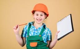 Kinderverzorgingontwikkeling Bouw uw toekomst zelf Van de het meisjesbouwvakker van het initiatiefkind de bouwersarbeider Veiligh royalty-vrije stock foto