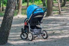 Kinderwagen in het park Royalty-vrije Stock Afbeeldingen