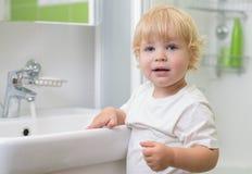 Kinderwaschende Hände im Badezimmer Stockbild