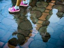 Kinderweg durch sumpfige Bereiche Lizenzfreie Stockfotos