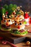 Kinderweihnachtsburger Ren Hackfleisch mit Soße stockfotografie