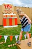 Kinderwerfende Bälle an einem Ziel Lizenzfreies Stockfoto