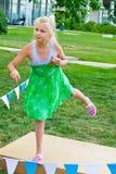 Kinderwerfende Bälle an einem Ziel Stockfotos