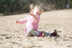 Kinderwerfender Sand Lizenzfreie Stockfotografie