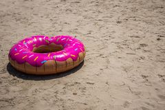 Kinderweste auf Strand, Farben auf dem Sand lizenzfreies stockbild