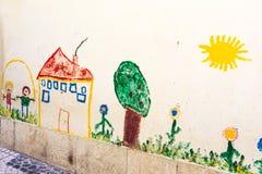 Kinderzeichnung auf Außenwand-Kreide Sun-Haus-Baum im Freien Scen Stockfoto