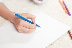 Kinderzeichnung mit Filzstift auf Blatt des leeren Papiers Stockfotos