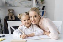 Kinderzeichnung mit Mutter Lizenzfreies Stockfoto
