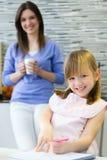 Kinderzeichnung mit Zeichenstiften, Sitzen bei Tisch in der Küche Lizenzfreie Stockfotografie