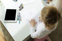 Kinderzeichnung mit Zeichenstiften zu Hause Lizenzfreie Stockbilder