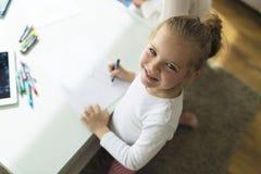 Kinderzeichnung mit Zeichenstiften zu Hause Stockfotografie