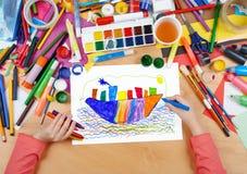 Kinderzeichnungs-Ozeandampferschiff, Draufsichthände mit Bleistiftmalereibild auf Papier, Grafikarbeitsplatz Lizenzfreies Stockfoto