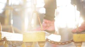 Kindgangen op een hangbrug op speelplaats stock videobeelden