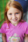 Kindglimlachen stock foto's