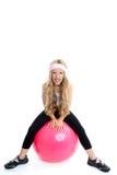 Kindgymnastik-Yogamädchen mit pilates rosafarbener Kugel Stockfoto
