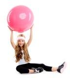 Kindgymnastik-Yogamädchen mit pilates rosafarbener Kugel Lizenzfreies Stockfoto