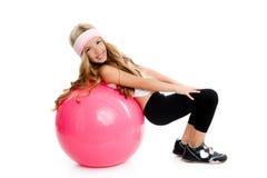 Kindgymnastik-Yogamädchen mit pilates rosafarbener Kugel Lizenzfreie Stockbilder