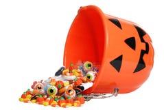 Kindhalloween-Kürbiswanne, die Süßigkeit verschüttet Lizenzfreies Stockbild