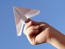 Kindhand mit Papierflugzeug Lizenzfreies Stockbild