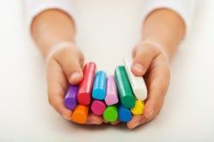 Kindhanden met kleurrijke kleibars royalty-vrije stock afbeelding