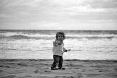 kindheit Nettes Baby auf Strand Stockbild