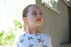 Kindheit und Frische Kleines Mädchen mit junger Haut am Frühlings- oder Sommertag Kind mit dem netten Gesicht im Freien Schönheit Stockbild