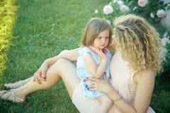 Kindheit und Parenting lizenzfreie stockfotografie