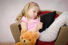 Kindheit und Tablette Stockfoto