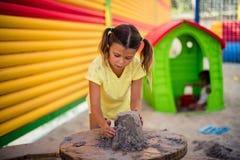Kindheit wird auf dem Spaß aufgebaut stockfoto