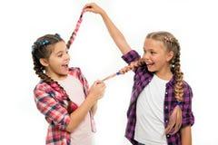 Kindheitsglück Freundschaft und Schwesternschaft Glückliche kleine Schwestern Schönheit und Mode Kleine Kindermode Kinder lizenzfreies stockfoto