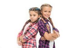 Kindheitsglück Freundschaft und Schwesternschaft Kleine Kindermode Der Tag der Kinder Zurück zu Schule kleine Mädchenkinder stockfoto