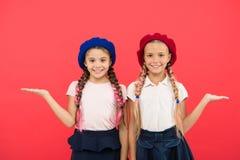 Kindheitsglück Freundschaft und Schwesternschaft Kleine Kindermode Der Tag der Kinder Zurück zu Schule kleine Mädchenkinder stockbilder