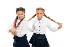 Kindheitsglück Freundschaft und Schwesternschaft Kleine Kindermode Der Tag der Kinder Zurück zu Schule kleine Mädchenkinder stockbild