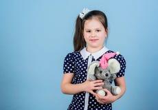 Kindheitskonzept Reizendes kleines M?dchen mit Lieblingsspielzeug Kindergarten und Lernspiele Freundlicher Babysitter zicklein lizenzfreie stockbilder
