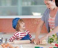 Kindheitspaß in der Küche lizenzfreie stockfotografie