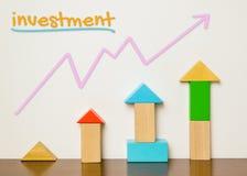 Kindisches Investitionskonzept im bunten Spielzeug Lizenzfreie Stockbilder